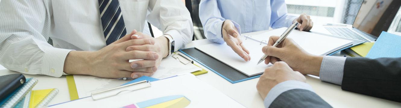 Trois professionnels échangent sur un projet