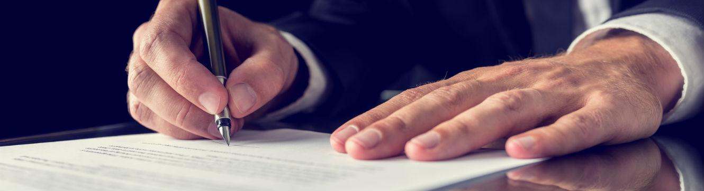 Un homme signe un contrat